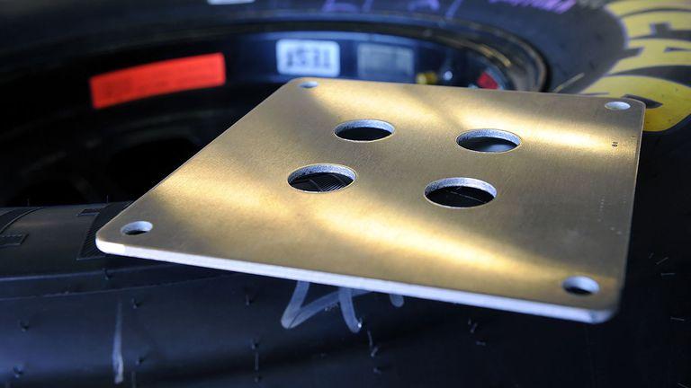 Рестрикторная пластина, ограничивающая поток воздуха, попадающий в двигатель. Именно она удерживает автомобили от скорости, превышающую 200 миль в час