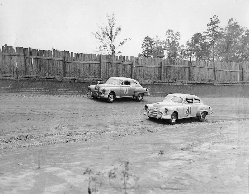 "Сара Кристиан (№71) и Кёртис Тёрнер (№41) во время ""Уилкс-200"" 1949 года"