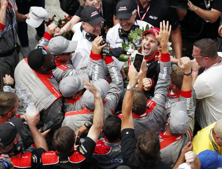 """Члены пит-бригады Уилла Пауэра, среди которых и Квинтон Вашингтон, поздравляют своего гонщика с победой на """"Инди-500"""""""