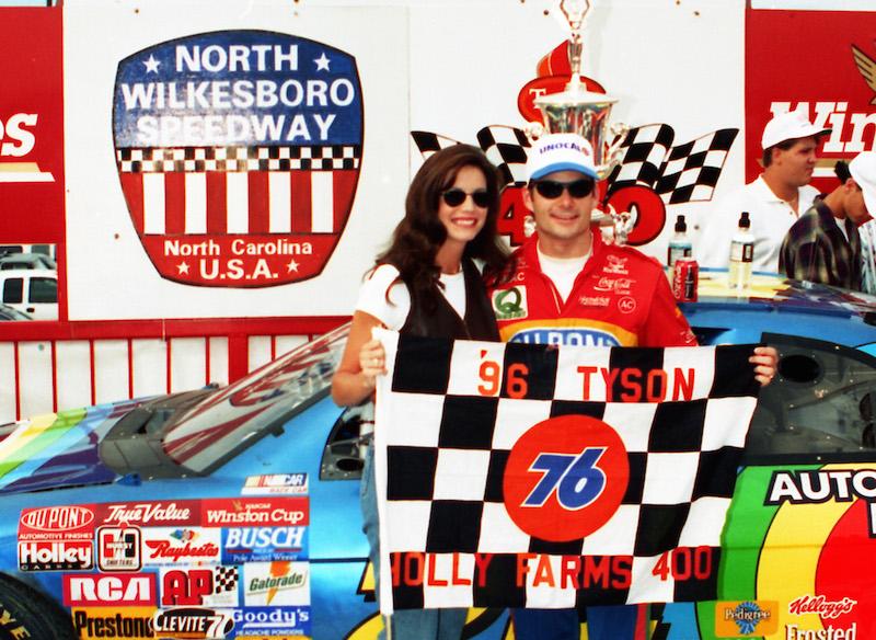 "Джефф Гордон празднует победу в ""Холли Фармс 400"", последней гонке НАСКАР на Спидвее Норт-Уилксборо."