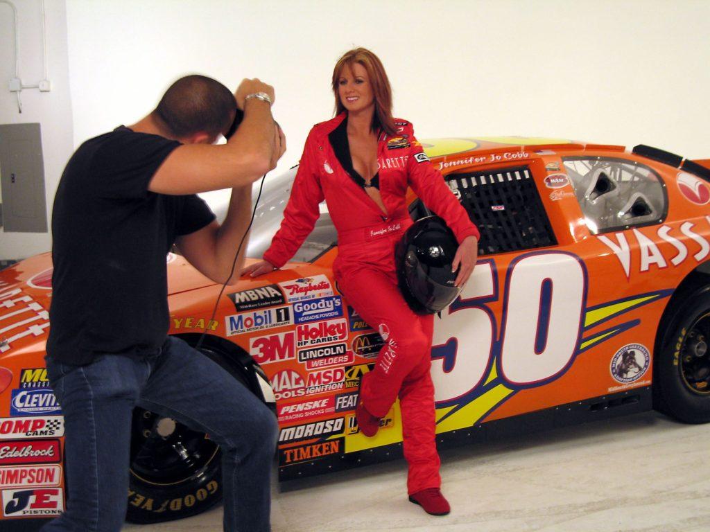 Дженнифер участвует в фотосессии перед первой гонкой своей команды