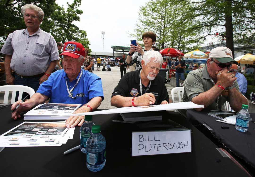 Билл Путербо раздаёт автографы в Индианаполисе в 1976 году