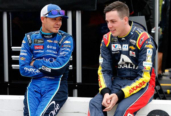 Кайл Ларсон (слева) общается с Алексом Боуманом