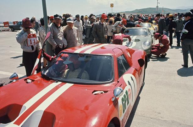 Победитель БП Японии 1966 года на стартовой решётке трассы Фудзи