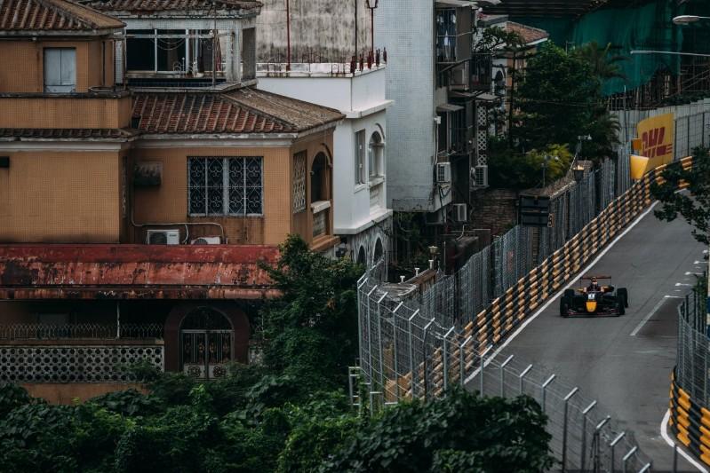 Дэн Тиктум на улицах Макао