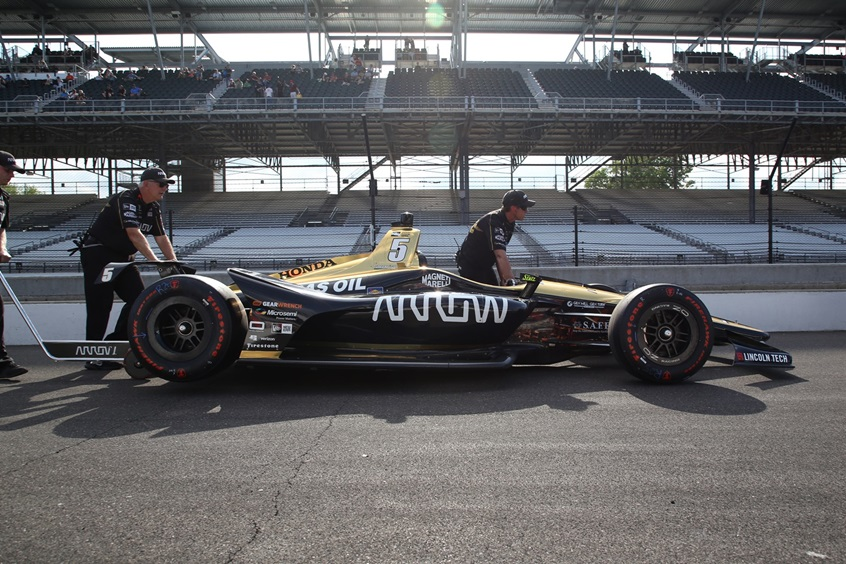 """Механики закатывают автомобиль Джеймса Хинчклиффа после того как канадец не сумел пройти квалификацию """"Инди-500"""""""