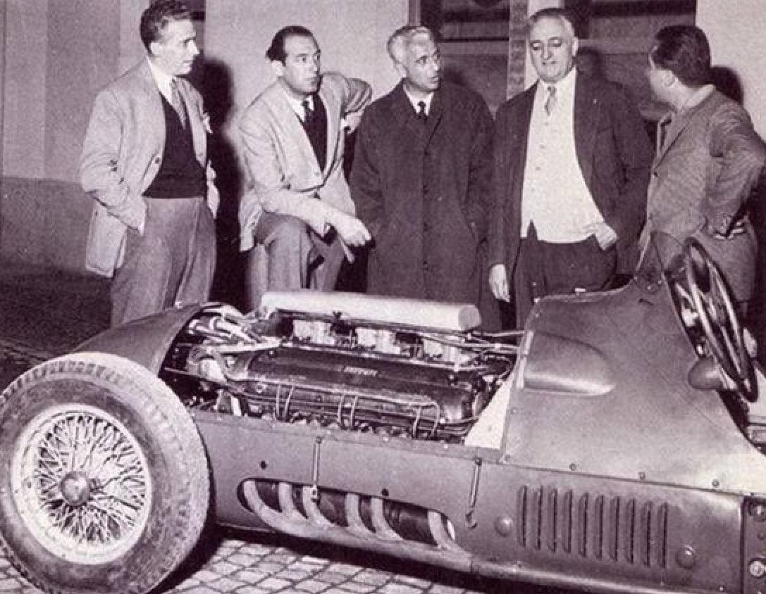 """Нелло Уголини, Аурелио Лампреди, Луиджи Виллорези, Энцо Феррари и Альберто Аскари стоят около """"Феррари 375"""""""