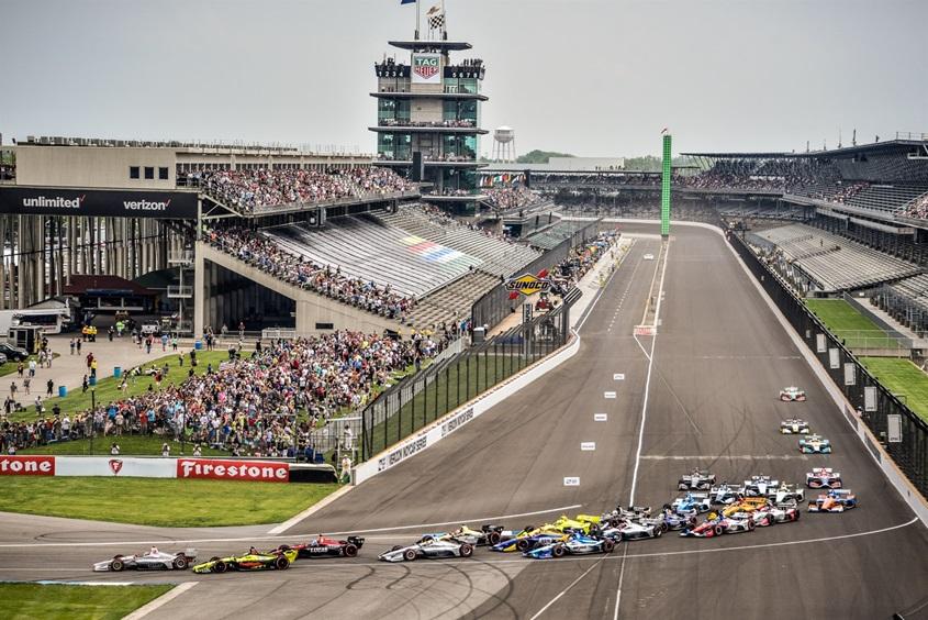 Первый поворот первого круга Гран-при Индианаполиса