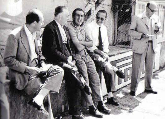 Федерико Гиберти стоит рядом с Лампреди, Феррари и Аскари