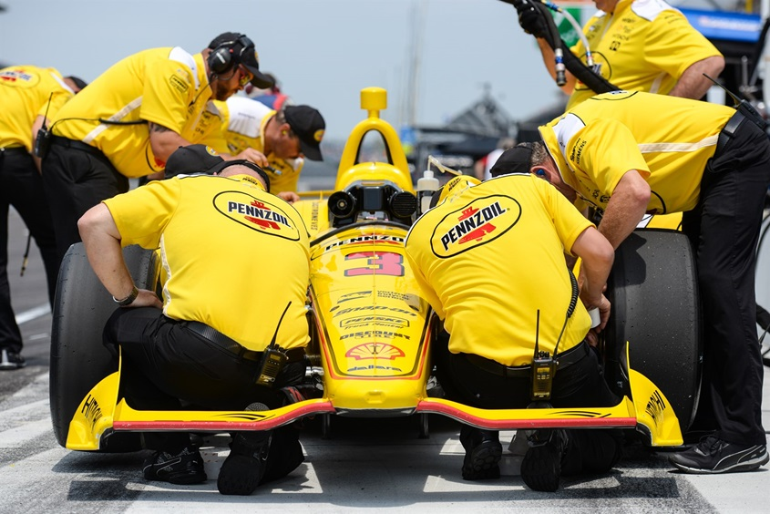 """Механики """"Пенске"""" трудятся над автомобилем Элиу Каструневиса во время одной из сессий """"Инди-500"""""""