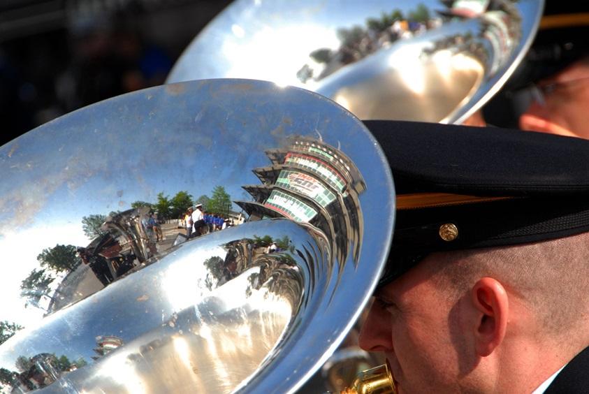 Пагода отражается в инструментах музыкантов 38-й пехотной дивизии США