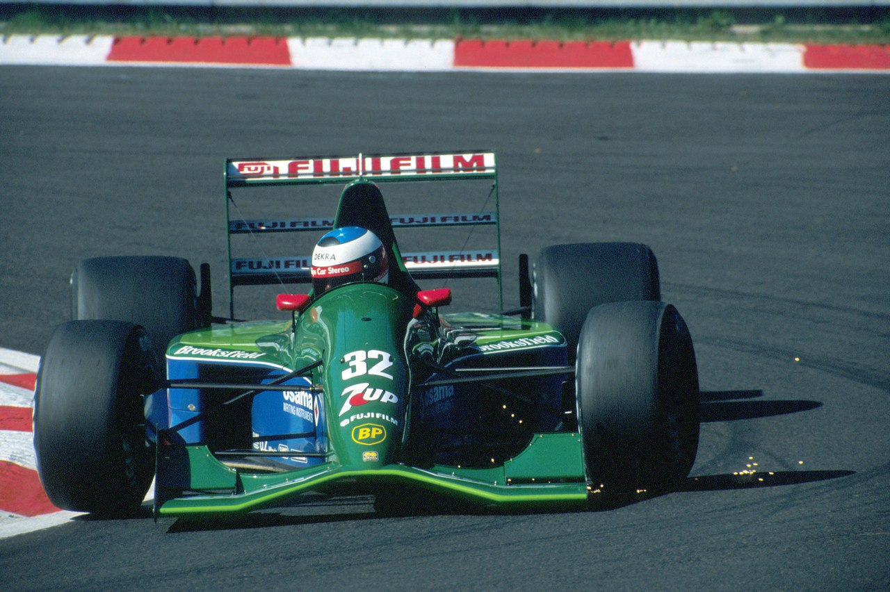 Шумахер проходит поворот во время Гран-при Бельгии'91