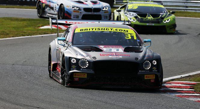 Чемпионский дуэт Парфитт-Моррис вернулся в британский ГТ с победой на старте