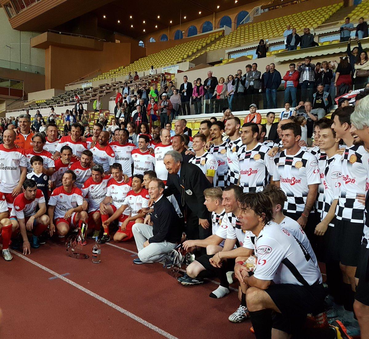 Сборная гонщиков проиграла команде звезд в футбольном матче в Монако
