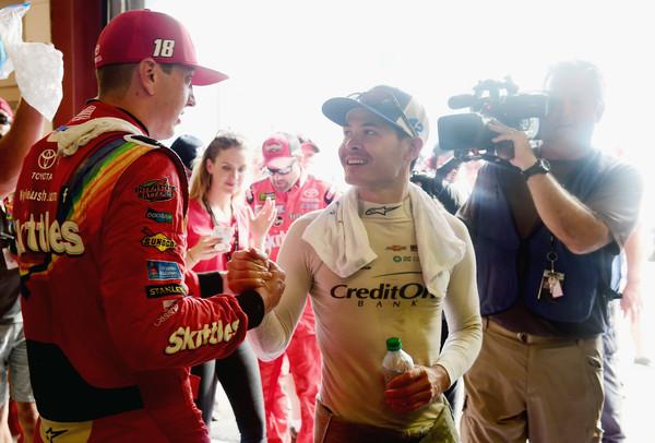 Кайл Ларсон и Кайл Буш общаются после гонки.