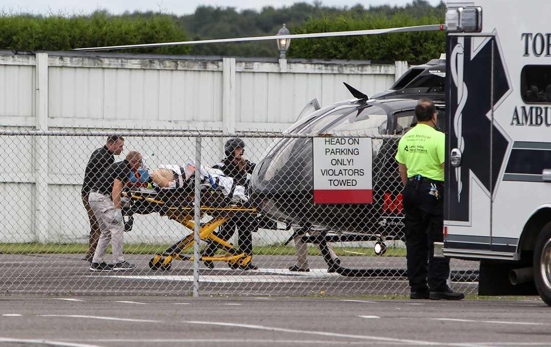 Роберта Уикенза грузят в вертолёт для отправки в больницу после аварии