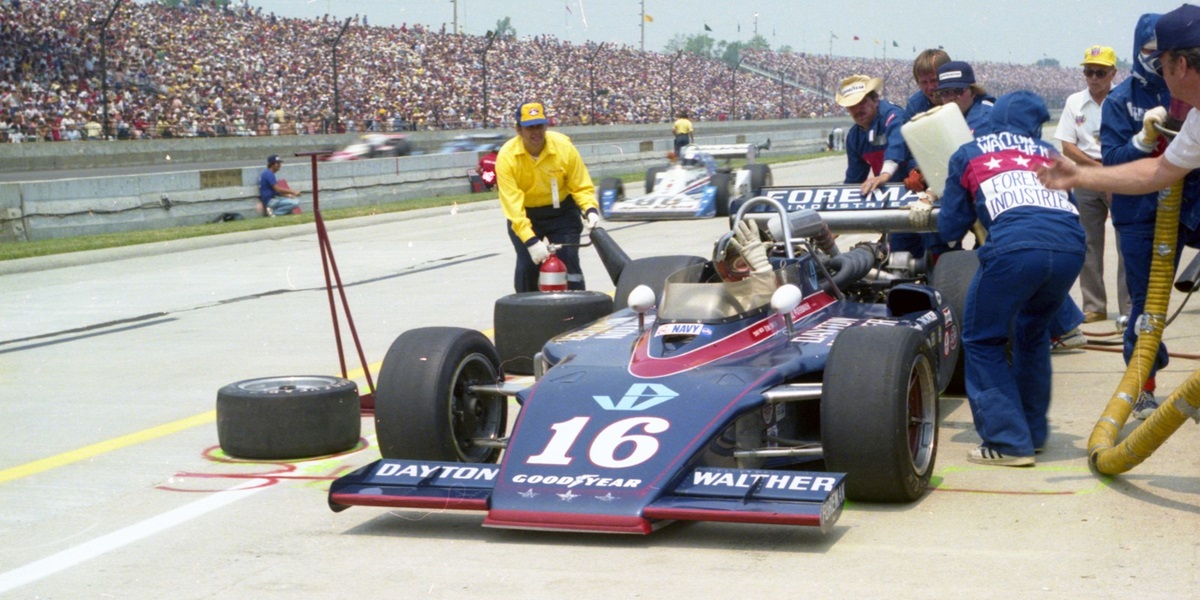 """Билл Путербо во время """"Инди-500""""'77. Из-за смены владельца автомобиля окрас отличается от квалификационного"""