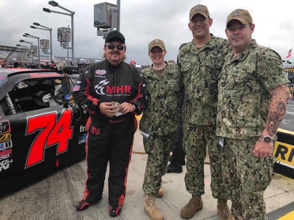 Хармон перед гонкой в Шарлотте с военнослужащими ВС США