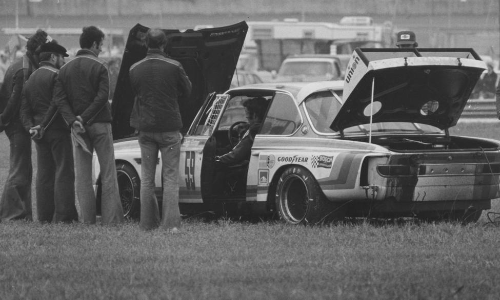 """Брайан Редман пытается реанимировать автомобиль во время """"24 часов Дейтоны"""" 1976 года"""