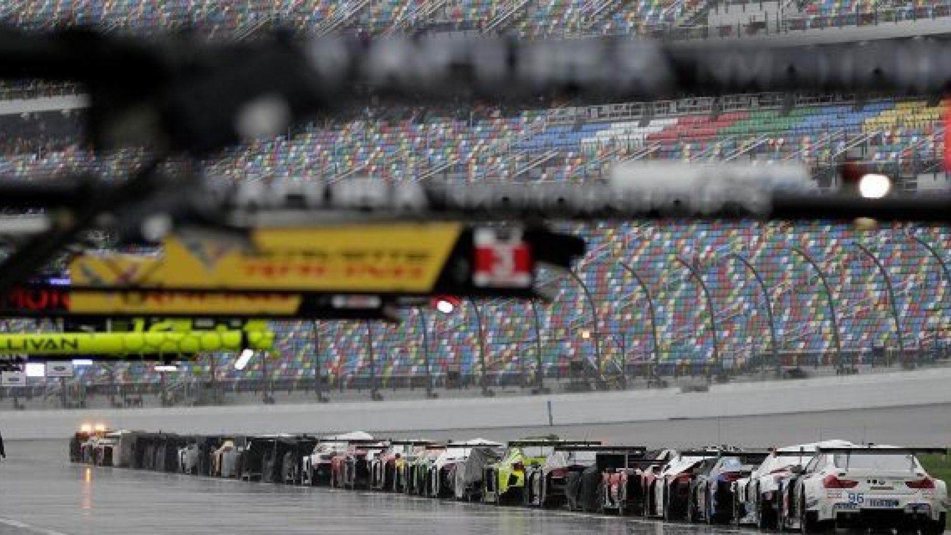 """Автомобили на пит-лейне """"Дейтона Интернешнл Спидвей"""" во время остановки гонки 2019 года красными флагами"""