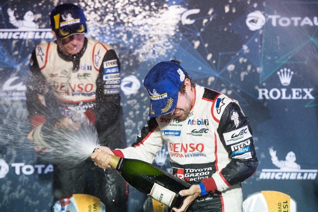 Фернандо Алонсо празднует победу в Сибринге