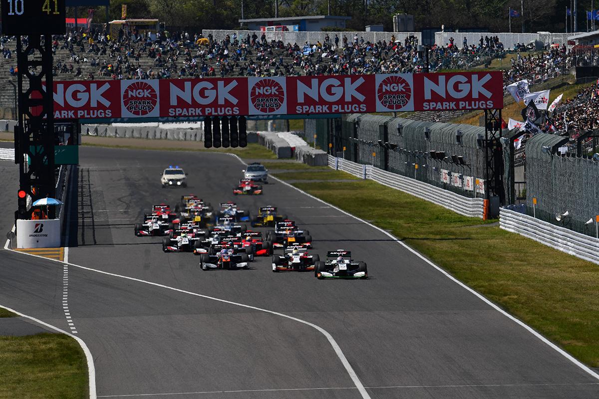"""Старт гонки """"Супер Формулы"""" на Судзуке"""