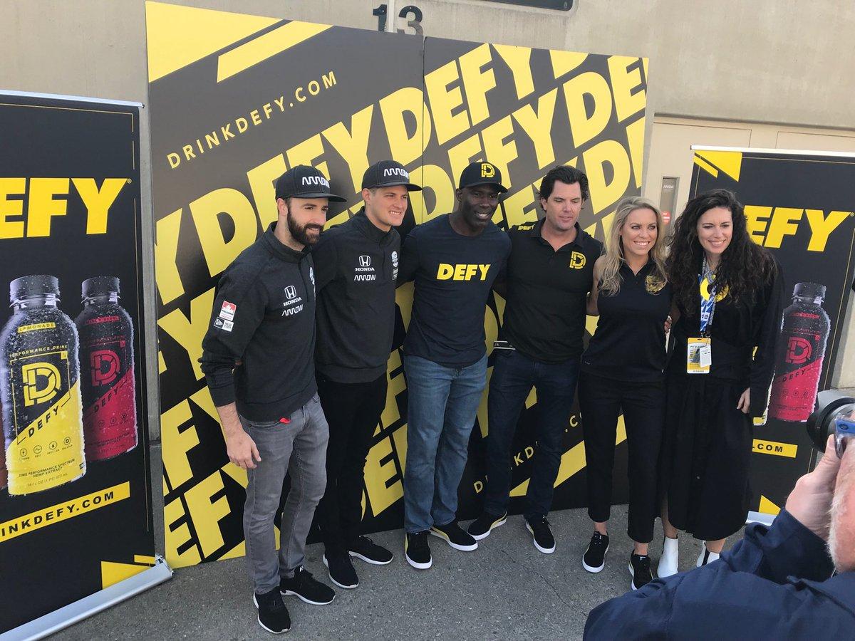 Представление DEFY как спонсора команды Сэма Шмидта