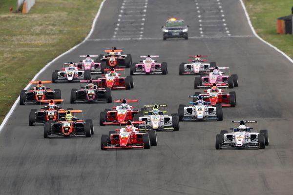 Старт первой гонки нового сезона немецкой Ф4