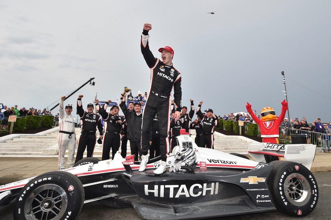 Джозеф Ньюгарден празднует победу в первой гонке в Детройте