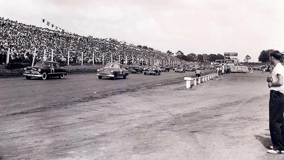 Старт первой гонки Кубка НАСКАР в Шарлотте в 1949 году