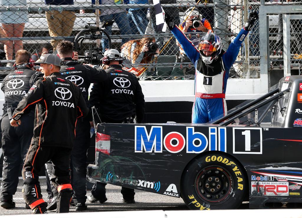 Тодд Гиллилэнд празднует первую победу в карьере