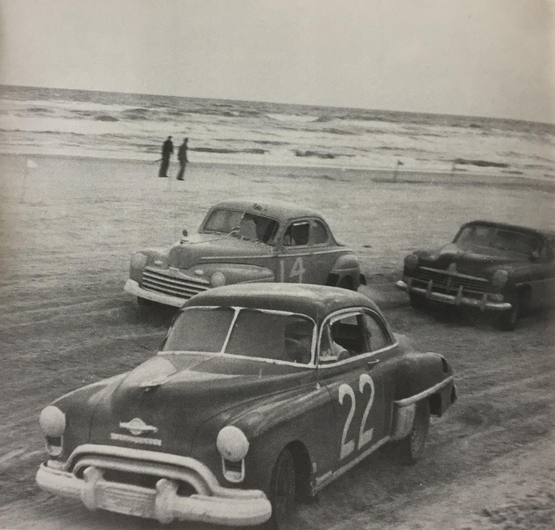 Ред Байрон, Боб Флок и Сэм Маршалл в Северном повороте Дейтоны в гонке 1949 года