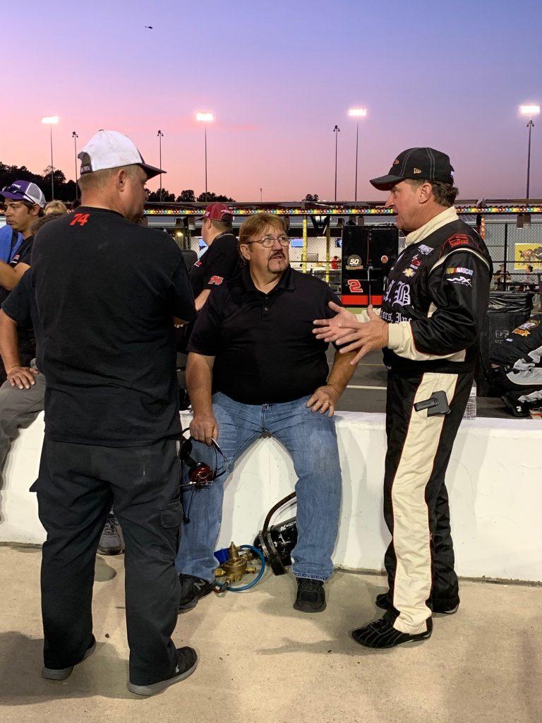 Хармон в качестве босса команды консультируется с Джо Немечеком