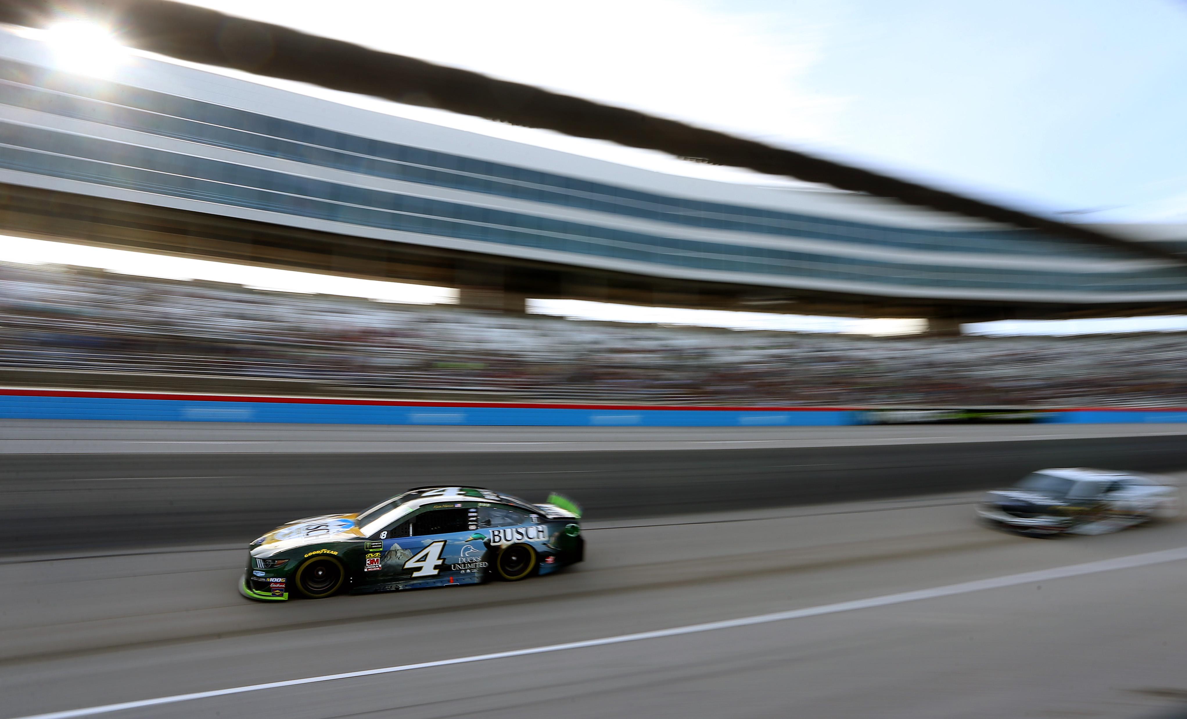Кевин Харвик лидирует во второй гонке в Техасе
