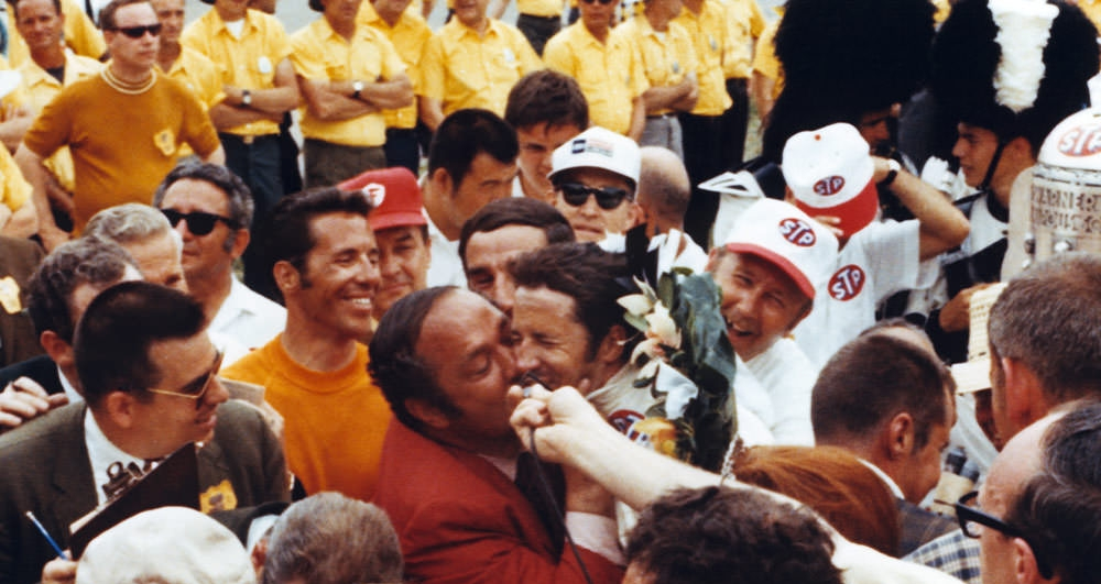 """Гранателли и Андретти празднуют победу после финиша """"Инди-500"""" 1969 года"""