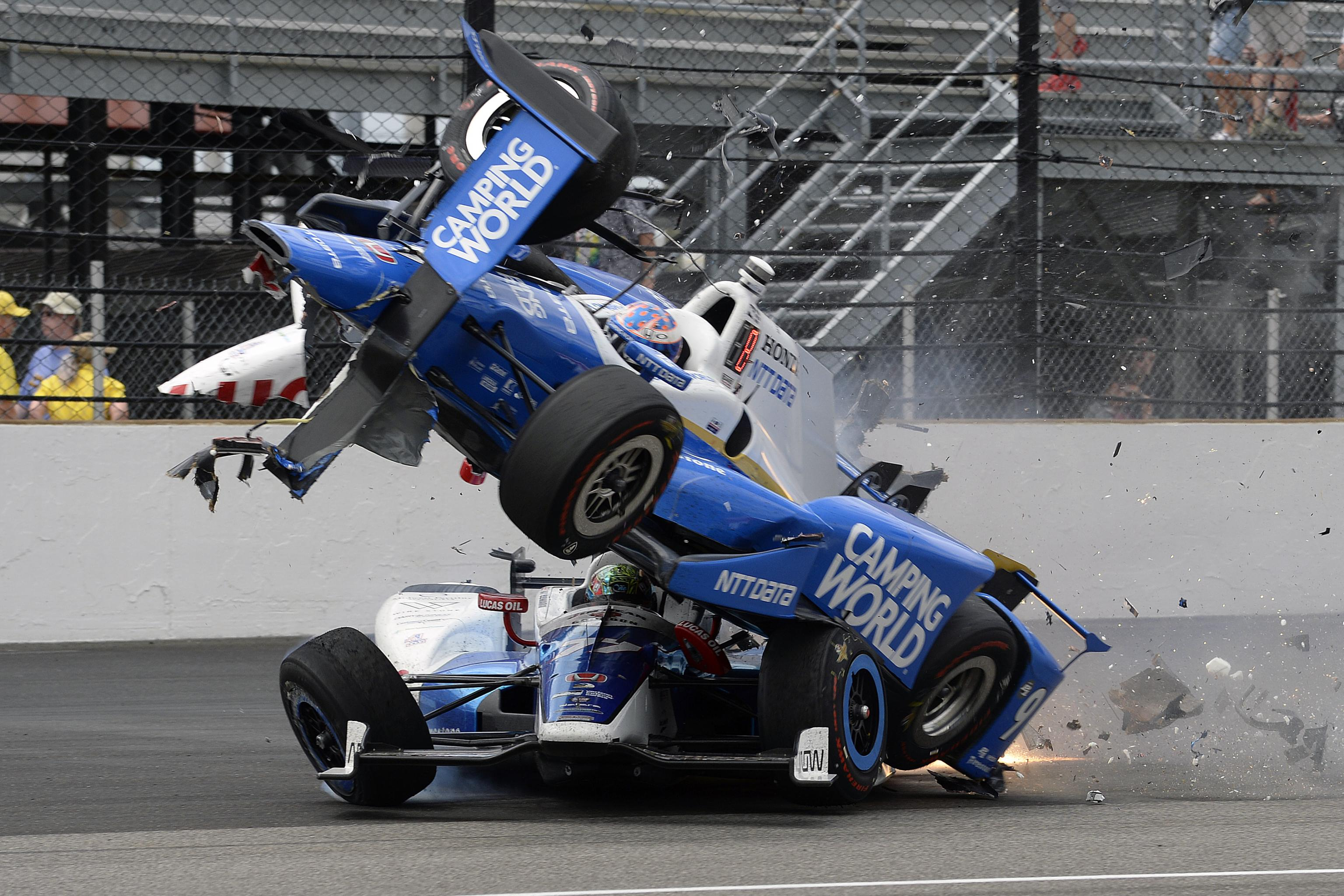 """Авария Скотта Диксона во время """"Инди-500"""" 2017 года"""