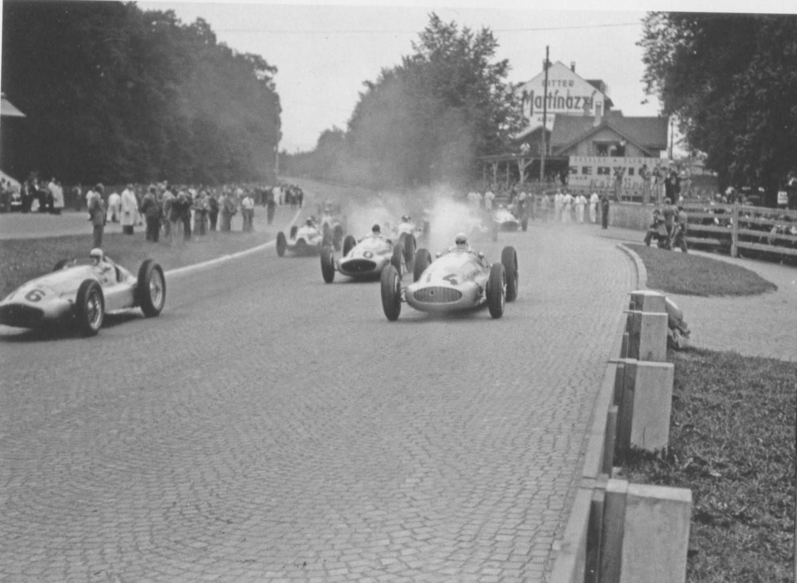 Старт отборочного заезда автомобилей гран-при БП Швейцарии'39