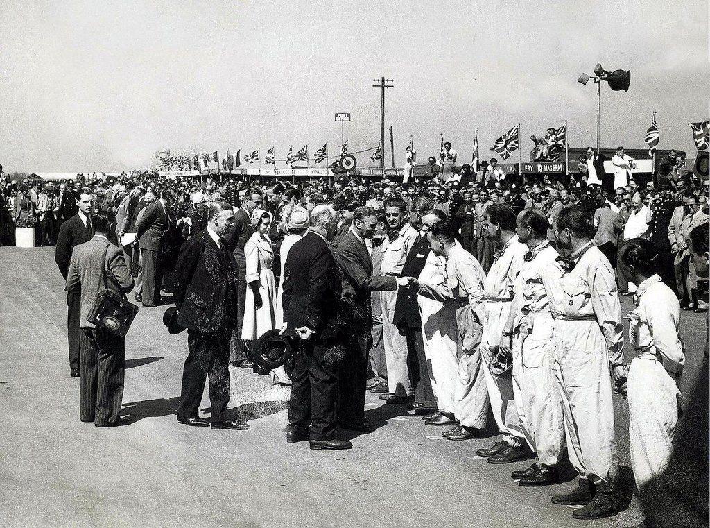 Королевская семья общается с гонщиками перед стартом БП Европы 1950 года