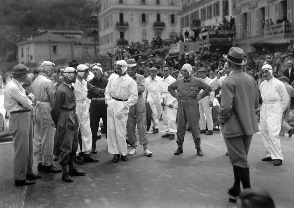 Гонщики перед стартом БП Монако 1935 года. Среди них есть и первый чемпион мира Фарина