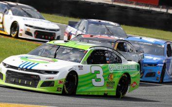 Кэз Грэла управляет автомобилем Остина Диллона на гонке высшего дивизиона НАСКАР