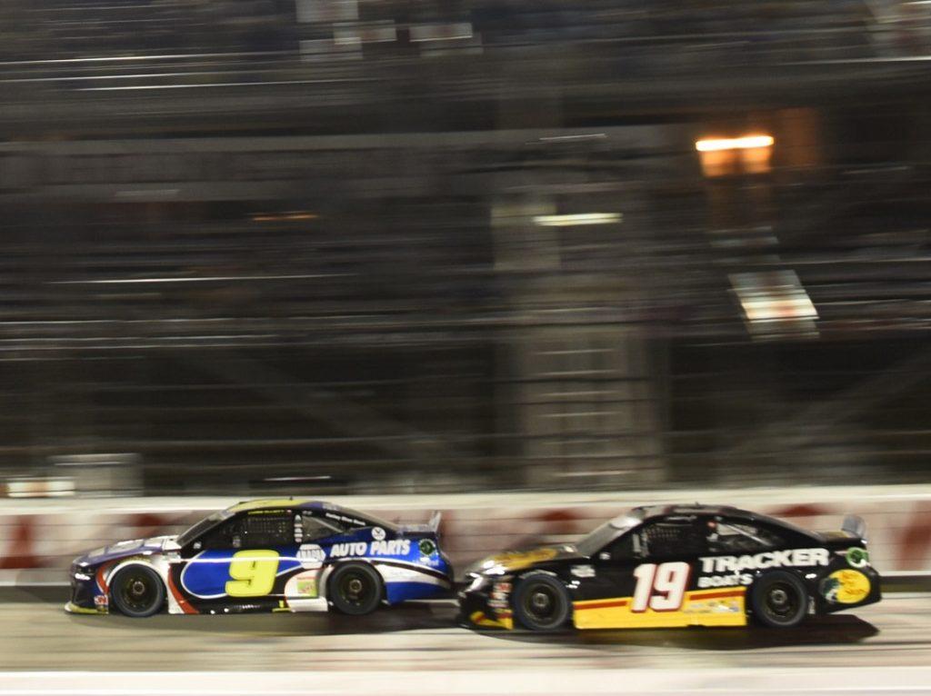 Труэкс проводит атаку на Эллиотта, после которой оба гонщика потеряют шансы на победу
