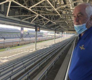 "Роджер Пенске на трибуне ""Индианаполис Мотор Спидвей"""