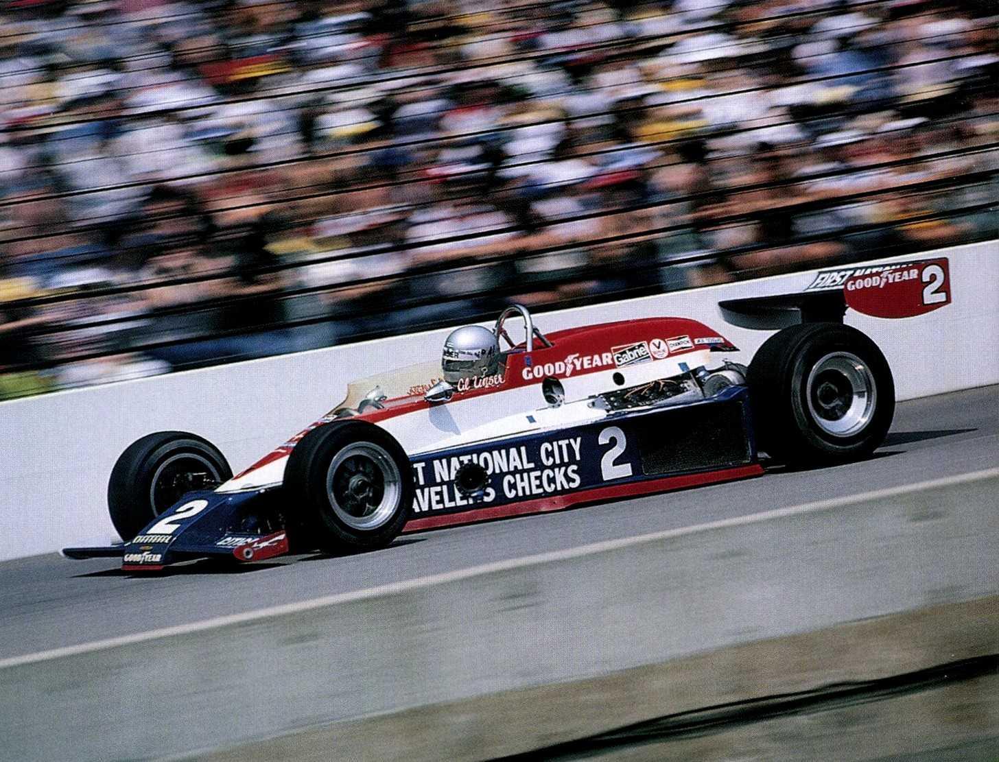 Эл Анзер на «Лола Т500 Косуорт» на пути к победе в «Инди-500»'78
