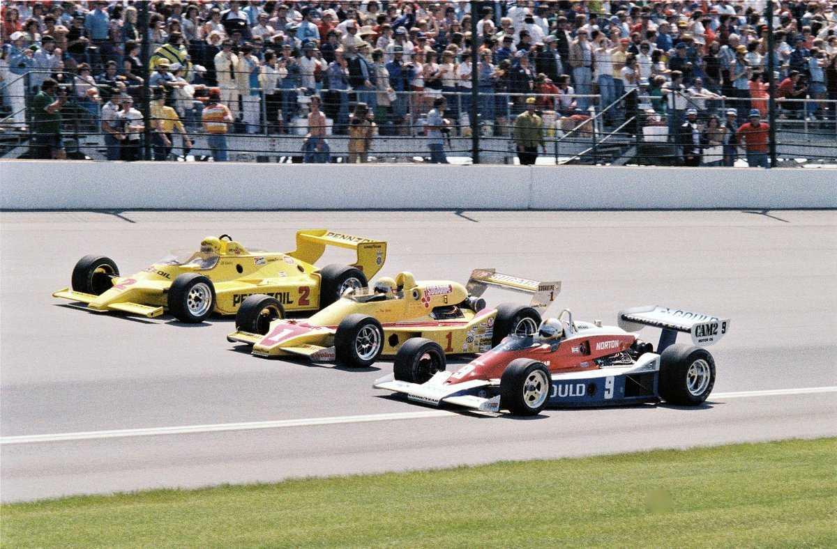 Первый ряд стартового поля «Инди-500»'79: Рик Мирз (№9, «Пенске PC6 Косуорт»), Том Снева (№1, «Макларен M24 Косуорт»), Эл Анзер (№2, «Чапаррал 2K Косуорт»)
