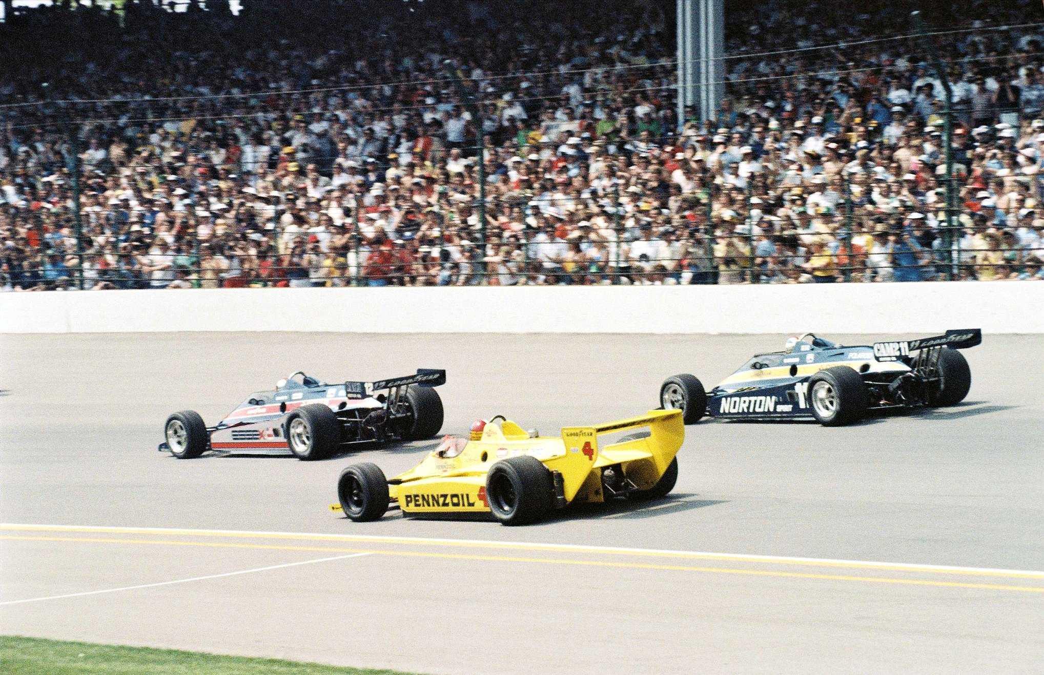 Старт «Инди-500»'80. Джонни Разерфорд (№4, «Чапаррал 2K Косуорт») против пары гонщиков «Пенске» – Марио Андретти (№12) и Бобби Анзера (№11, оба на «Пенске PC9 Косуорт»)