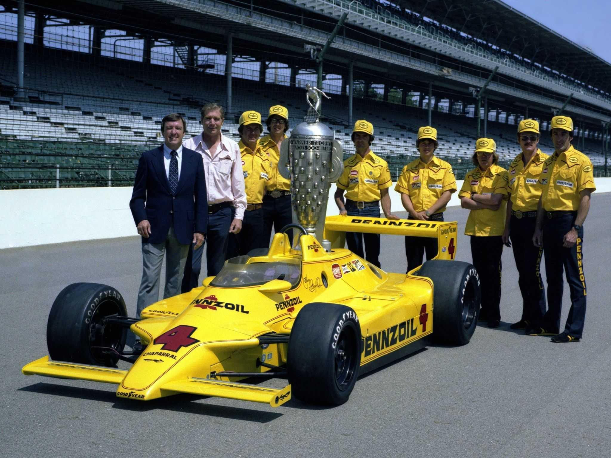 «Чапаррал 2K Косуорт» в окружении победителя «Инди-500»'80 Джонни Разерфорда, Джима Холла и механиков команды