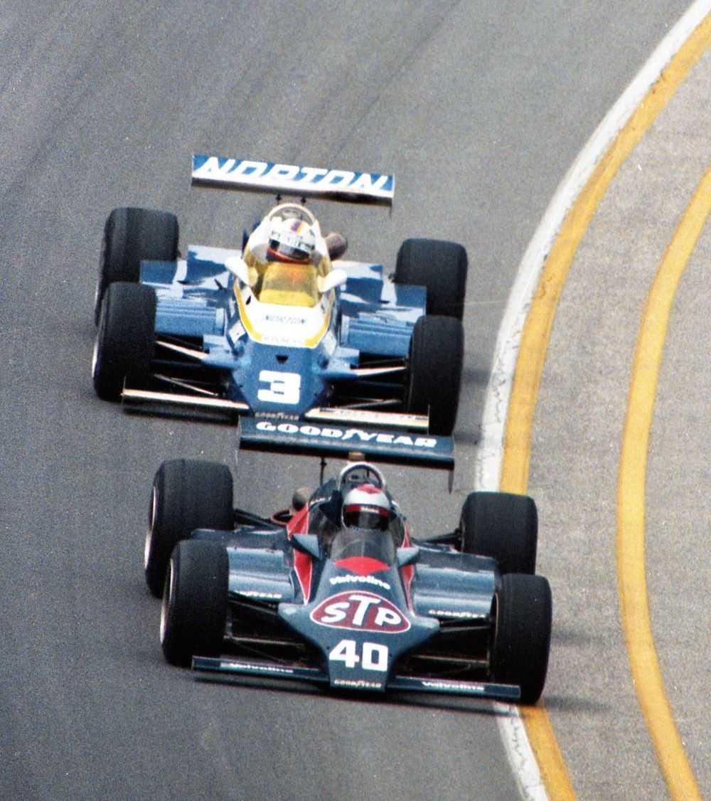 Марио Андретти (№40, «Уайлдкэт Mk.8 Косуорт») и Бобби Анзер (№3, «Пенске PC9B Косуорт») ведут борьбу в ходе «Инди-500»'81