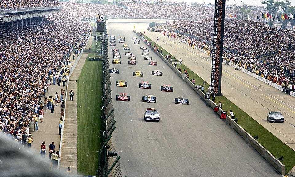 Стартовое поле «Инди-500»'82. Первый ряд (справа налево): обладатель поул-позиции Рик Мирз (№1), Кевин Коган (№4, оба на «Пенске PC10 Косуорт»), Эй-Джей Фойт (№14, «Марч 82C Косуорт»). Второй ряд (справа налево): Марио Андретти (№40), Гордон Джонкок (№20, оба на «Уайлдкэт Mk.8B Косуорт»), Билл Уайттингтон (№94, «Марч 81C Косуорт»)