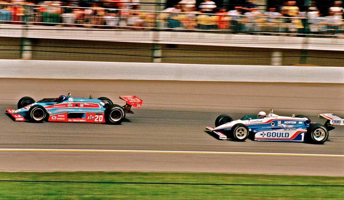 Сражение Гордона Джонкока (№20, «Уайлдкэт Mk.8B Косуорт») и Рика Мирза (№1, «Пенске PC10 Косуорт») за победу в «Инди-500»'82