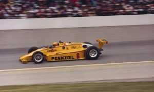Рик Мирз на «Марч 84C Косуорт» на пути к победе в «Инди-500»'84